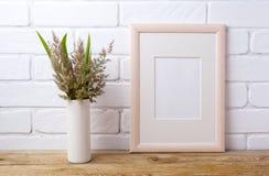 O modelo do quadro de madeira com grama e verde sae no vaso do cilindro Imagens de Stock Royalty Free