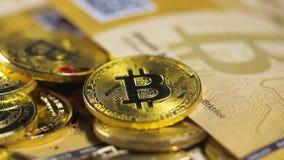 O modelo e as cédulas de Bitcoin deixaram cair com pintura vermelha filme