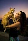 O modelo e o gato Fotografia de Stock Royalty Free