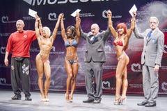 O modelo fêmea Evelyn Dirocie da aptidão do biquini comemora seu vencedor imagens de stock royalty free