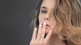 O modelo fêmea lindo toca nos bordos video estoque