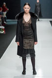 O modelo fêmea no desfile de moda Valentin Yudashkin na semana de moda de Moscou, Queda-inverno 2016/2017 Fotos de Stock Royalty Free