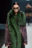 O modelo fêmea no desfile de moda Valentin Yudashkin na semana de moda de Moscou, Queda-inverno 2016/2017 Imagens de Stock Royalty Free