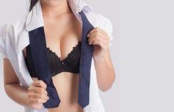 O modelo fêmea 'sexy' decola seu vestido Foto de Stock