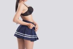 O modelo fêmea 'sexy' decola seu vestido Imagens de Stock Royalty Free