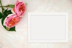 O modelo floral denominou a fotografia conservada em estoque com quadro branco Imagens de Stock Royalty Free