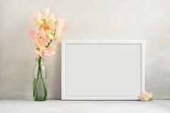 O modelo floral denominou a fotografia conservada em estoque com quadro branco Foto de Stock Royalty Free