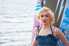 O modelo gosta de Marilyn Monroe com placa surfando fotografia de stock