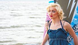O modelo gosta de Marilyn Monroe com placa surfando foto de stock