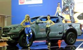 O modelo levantado com Ford Ranger Raptor indicou durante Kuala Lumpur International Motor fotografia de stock royalty free