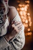 O modelo lindo no bokeh dourado ilumina o fundo Fotografia de Stock Royalty Free