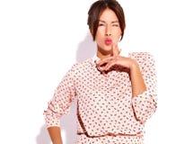 O modelo moreno bonito da mulher no verão ocasional veste-se sem a composição isolado no branco Imagem de Stock Royalty Free