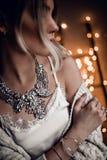 O modelo novo bonito no bokeh dourado ilumina o fundo Fotografia de Stock Royalty Free