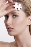 O modelo novo da saúde da pele do conceito com enigma em aqui enfrenta Fotografia de Stock Royalty Free