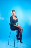 O modelo senta-se em uma cadeira Fotografia de Stock