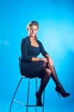 O modelo senta-se em uma cadeira Imagens de Stock Royalty Free