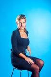O modelo senta-se em uma cadeira Foto de Stock