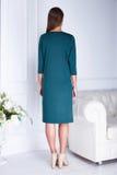 O modelo 'sexy' da mulher da beleza está para trás a forma verde do desgaste Imagens de Stock Royalty Free
