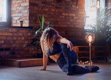 O modelo 'sexy' gracioso do mais-tamanho está fazendo a ioga no sótão moderno imagem de stock