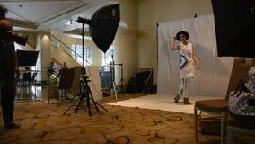 O modelo tailandês da mulher veste a roupa do índigo e o levantamento com projeto novo para a foto da tomada no estúdio filme