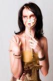 O modelo vestiu-se no ouro com a face venetian do carnaval Imagens de Stock