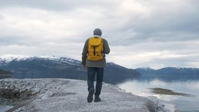 O moderno anda pelo rio em Noruega Tempo da noite vídeos de arquivo