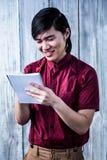 O moderno de sorriso toma notas com seu smartphone Fotografia de Stock Royalty Free
