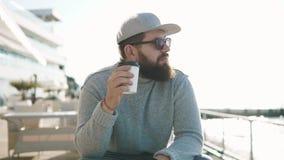 O moderno farpado bebe o café exterior filme