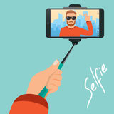 O moderno faz o selfie no fundo da cidade com a ajuda Foto de Stock