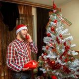 O moderno felicita o Feliz Natal do telefone e um ano novo feliz Fotos de Stock