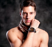 O modnym atrakcyjnym facecie portret zdjęcie stock
