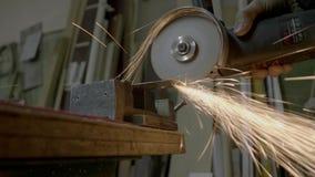 O moedor de ângulo corta a placa de aço filme