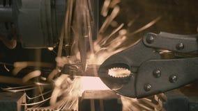 O moedor de ângulo corta a placa de aço vídeos de arquivo