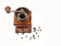 O moedor de café de madeira da escada velha do vintage com os feijões de Coffe no fundo branco, vista superior Fotografia de Stock Royalty Free