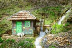 O moinho de água e o borrão de movimento pequenos de madeira rodam imagens de stock