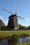 O moinho de vento é refletido na água Fotos de Stock Royalty Free