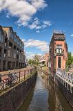 O moinho de vento é um dos símbolos os mais famosos dos Países Baixos Ruas, construções e canal velhos tradicionais imagem de stock royalty free