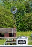 O moinho de vento da vila de Amish fotografia de stock