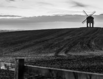 O moinho de vento no campo fotografia de stock