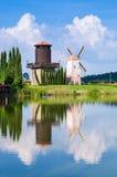 O moinho de vento reflete a água imagens de stock royalty free