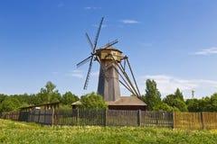 O moinho de vento a segunda metade do século XIX, relocated da vila Kochemleva do distrito de Kashinsky da região de Tver imagem de stock