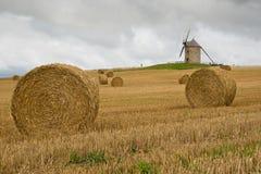 O moinho de vento velho em uma palha empacota o campo em France imagens de stock