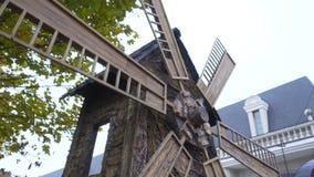 O moinho que gira no vento Feche acima na construção velha do moinho do fonistaroyi A herança histórica do moinho de madeira gere vídeos de arquivo