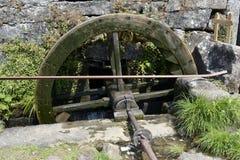 O moinho velho da água roda dentro um moinho arruinado Imagens de Stock