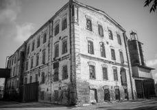 O moinho velho na cidade de Petrovsky agora esta construção não funciona imagens de stock royalty free