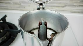 O moka retro velho do café com começar italiana quente da goma-arábica do café sai com espuma no movimento lento, usando um fabri video estoque