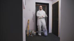 O molar profissional do trabalho em um terno protetor branco, apronta-se para começar o reparo vídeos de arquivo