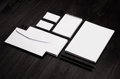 O molde da identidade corporativa, artigos de papelaria ajustou-se no fundo de madeira à moda preto imagem de stock royalty free