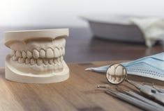 O molde dental e as ferramentas ortodônticas fecham-se acima Foto de Stock