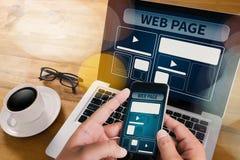 O molde do design web e o close up do página da web dispararam do portátil com di Imagem de Stock Royalty Free